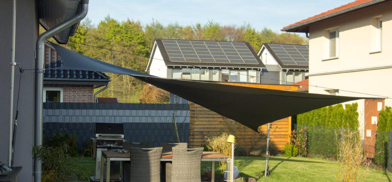 Unsere Terrasse mit Sonnensegel von Westen aus